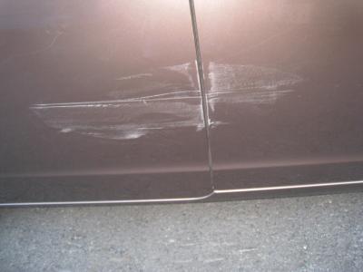 前後ドアーに擦り傷が出来ています。